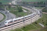 vlak ICE a dálnice